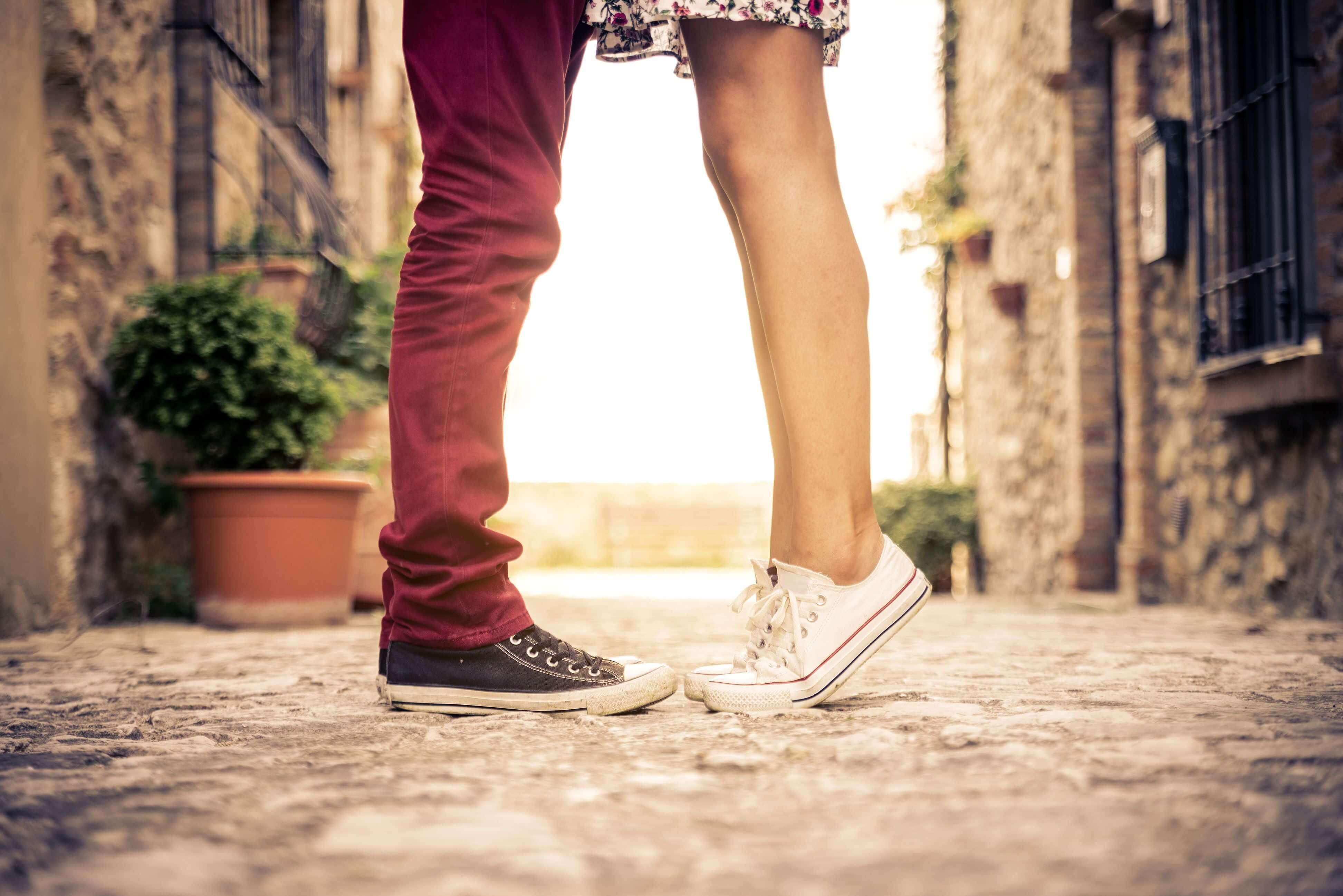 Девушка на цыпочках целует парня фото